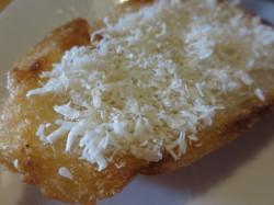 ココナッツオイルで焼いた後、ココナッツパウダーをかけてあります