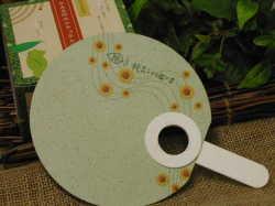 カエル印のナチュラル蚊取り線香を購入すると、茶殻でリサイクルしたうちわが必ず貰えます。